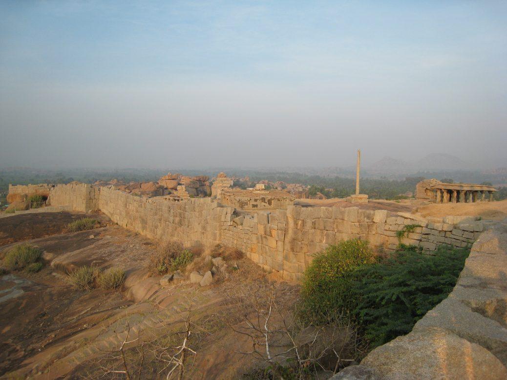 Blick auf das Gelände von Hampi im Staat Karnataka