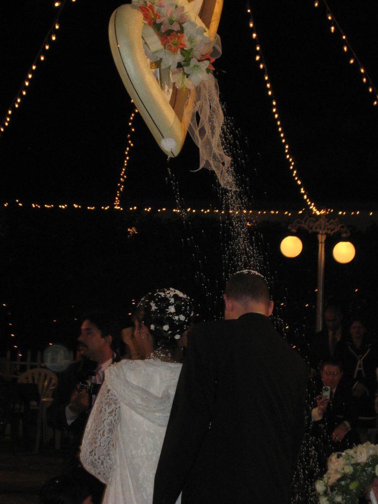 Konfettiregen für das Brautpaar