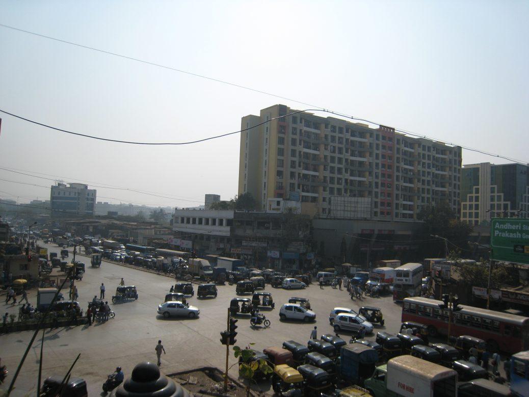 Untypisch leere Straßenkreuzung in Mumbai