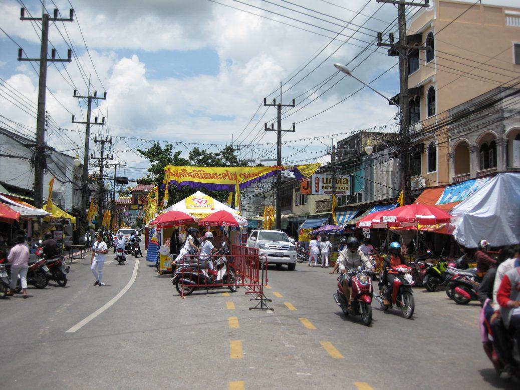 Essensstände links, rechts und in der Mitte der Straße.