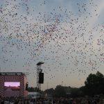 Luftballons steigen an der Hauptbühne in den Abendhimmel