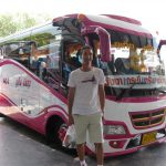 Fernbus nach Krabi von aussen weiss pink
