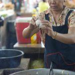 Köchin macht uns Bratnudeln auf dem Markt von Siem Reap