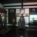 Edle Holzeinrichtung im traditionellen Haus