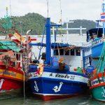 Bunte Fischerboote am Steg von Salak Phet